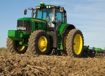 Трактор и сельхозтехника в работе